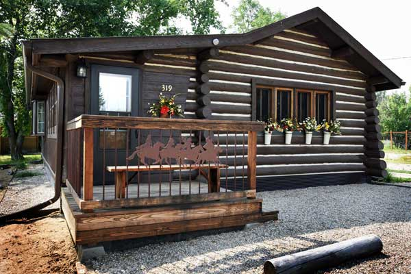Cozy one bedroom log cabin in Ennis Montana