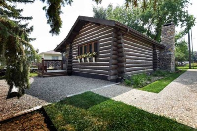 Vintage log cabin rental in Ennis Montana
