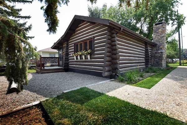 Vintage log cabin rental in Ennis Montana