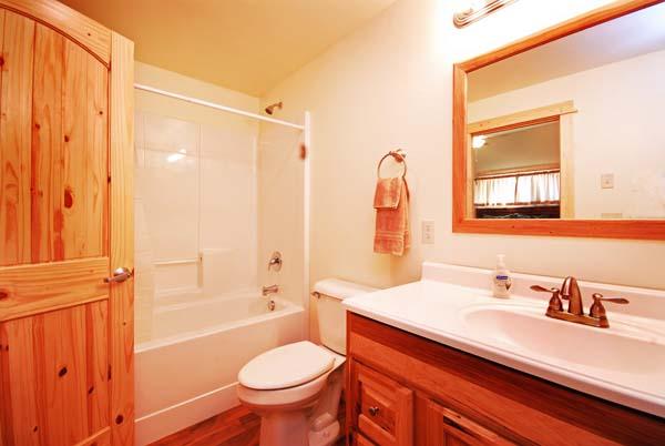 Moores Creek Hideaway Bathroom